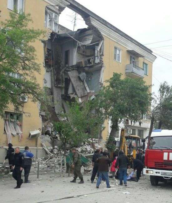 У Волгограді в результаті вибуху обвалився підїзд житлового будинку (6 фото)