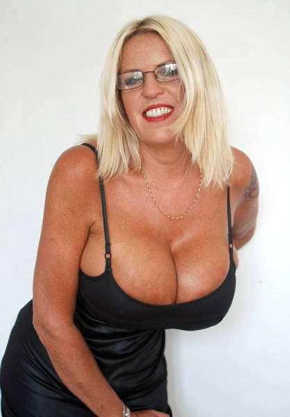 Британка Шарон Перкінс не може зупинитися і постійно збільшує свою груди (15 фото)