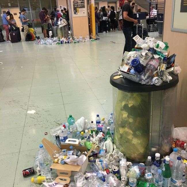 Гори сміття в аеропорту Ібіци (8 фото)