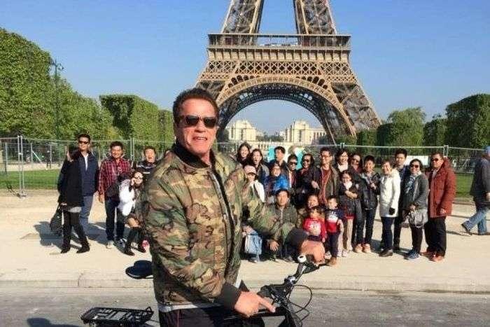 Арнольд Шварценеггер «зіпсував» групове фото тайських туристів (3 фото)