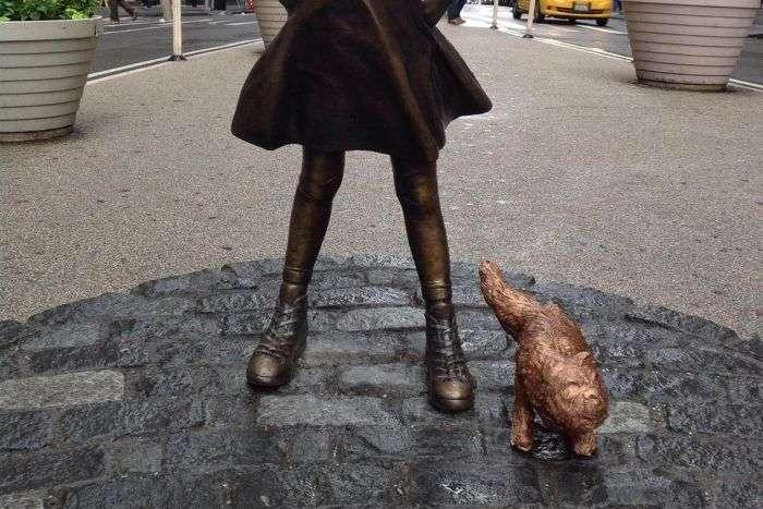 У статуї «Сміливої дівчинки» на Уолл-стріт зявилася статуя «Пісяючого мопса» (2 фото)