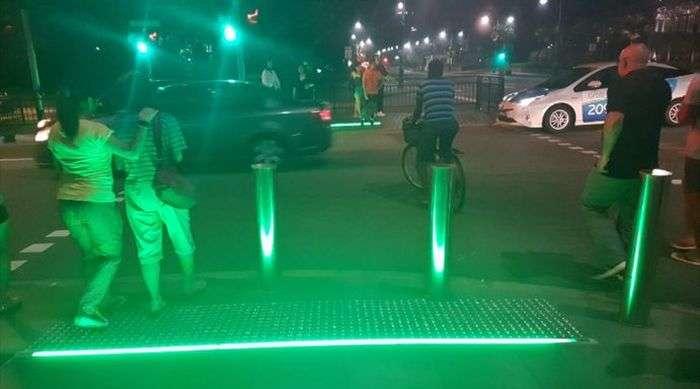 Світлофори для тих, хто не відволікається від своїх смартфонів (2 фото)