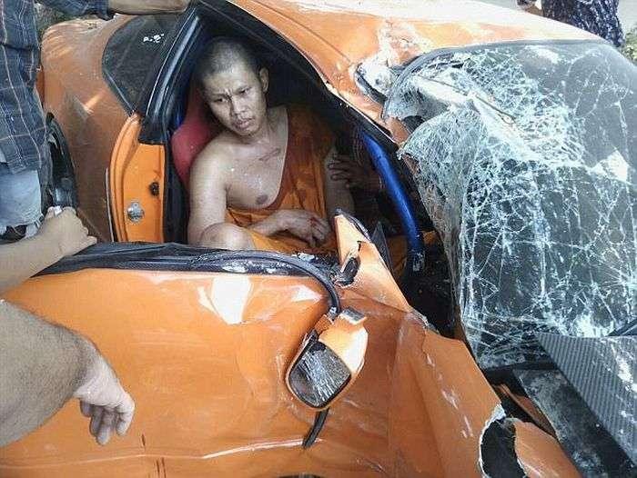 У Таїланді буддійський чернець розбив спорткар свого приятеля (5 фото)