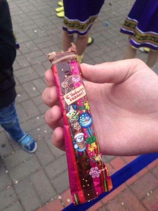 В Батайську дітям роздали прострочені цукерки (3 фото)