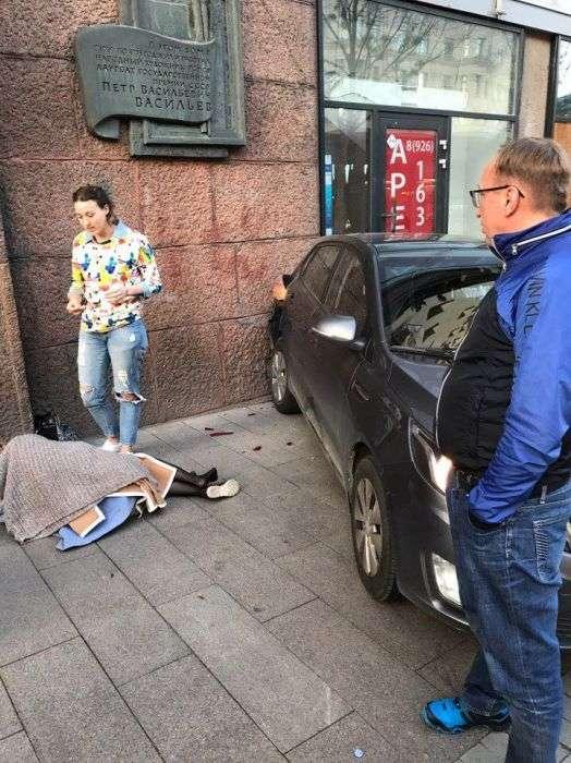 Водій, який збив дівчину на тротуарі, став кричати на неї (4 фото + відео)