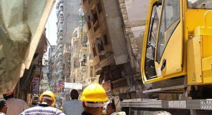Впала багатоповерхівка вперлася в сусідній будинок (6 фото)