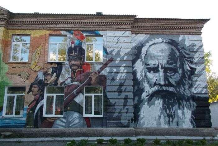 Школу в Раменському районі розписали портретами Пушкіна і Толстого (3 фото)