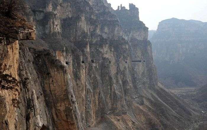 Китайська гірська дорога, яку будували на протязі 50 років (6 фото)