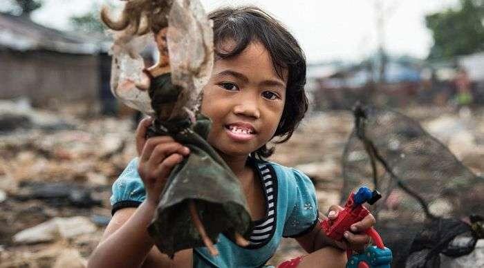 Звалище в Індонезії, що стала домівкою для 3000 сімей (12 фото)