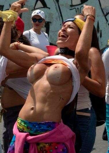 Як протестують жительки Венесуели. НЮ (4 фото)