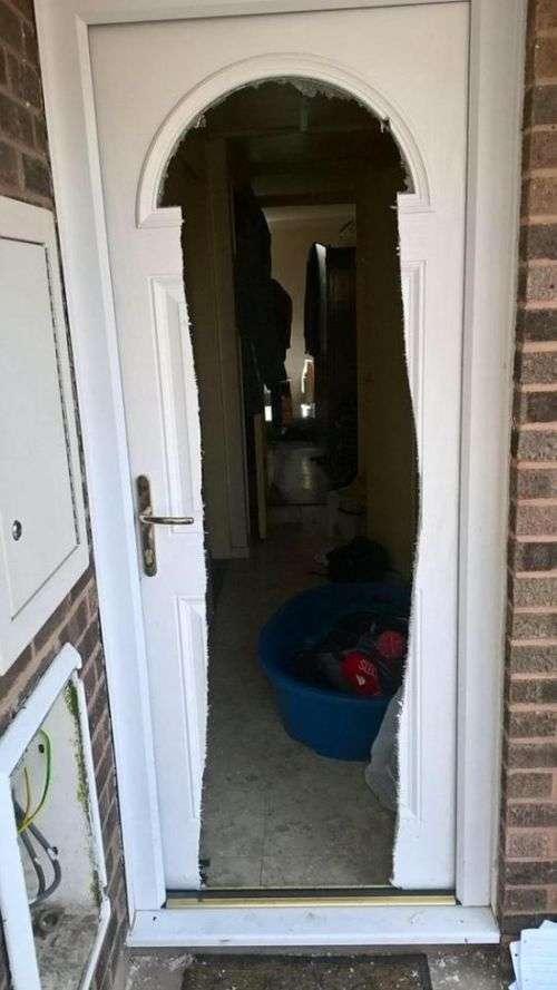 Поліцейські залишили після себе незвичайний пролом в двері (4 фото)