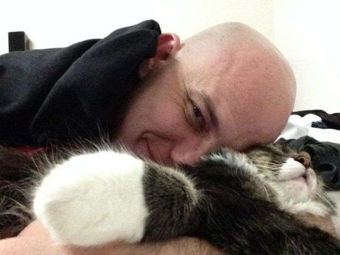 Хлопцеві довелося вибирати між дівчиною і кішкою (3 фото)