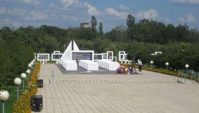 Памятник загиблим дітям в білоруській селі Червоний Берег (5 фото)