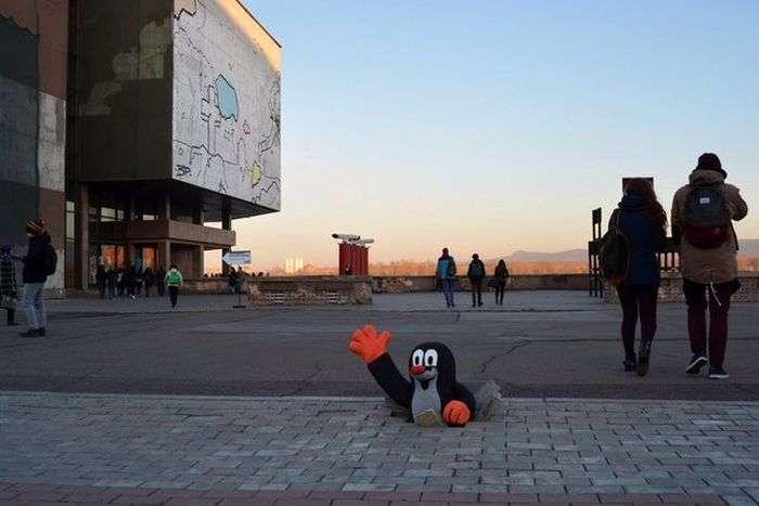 Красноярці вирішили звернути увагу на ями на тротуарі (3 фото)