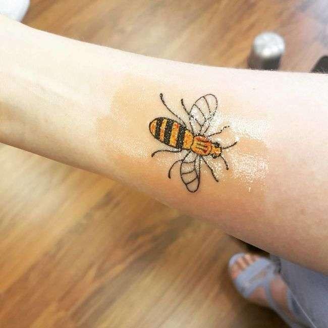 Татуювання з бджолою в память про жертви теракту в Манчестері (10 фото)