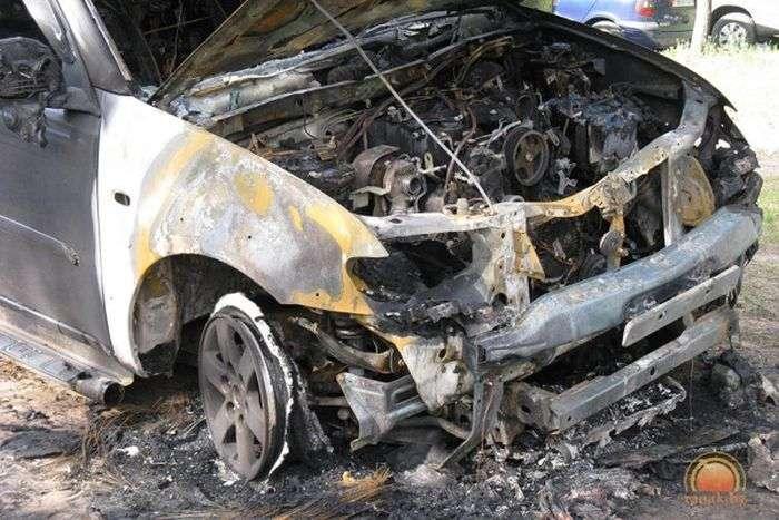 У Білорусії росіянину спалили позашляховик (5 фото)