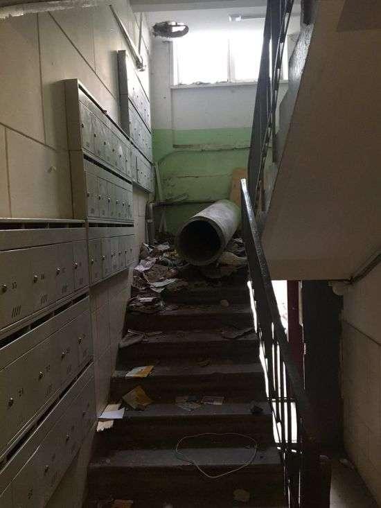 У московській багатоповерхівці невідомі демонтували сміттєпровід (6 фото)