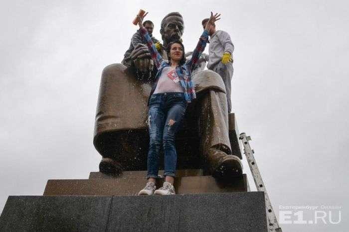 У Єкатеринбурзі студенти УрФУ відмили памятник винахіднику радіо Олександру Попову (12 фото)