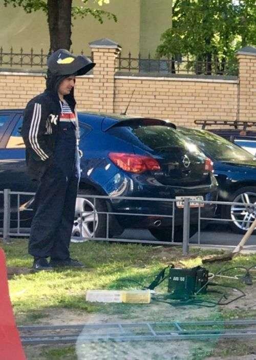 Про такий результат любитель паркування на газоні навіть не здогадувався (2 фото)