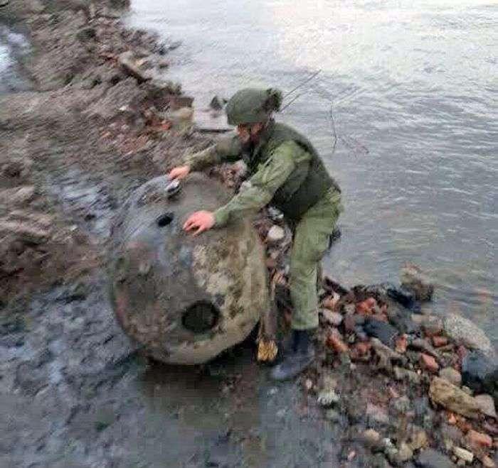 У Санкт-Петербурзі до берега прибило величезну міну (4 фото)