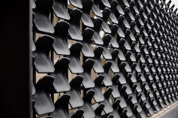 Меблевий салон з фасадом з пластикових стільців (3 фото)