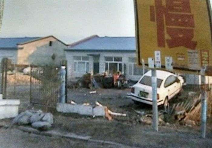 У Китаї в житловий будинок за рік врізалося майже 50 автомобілів (7 фото)