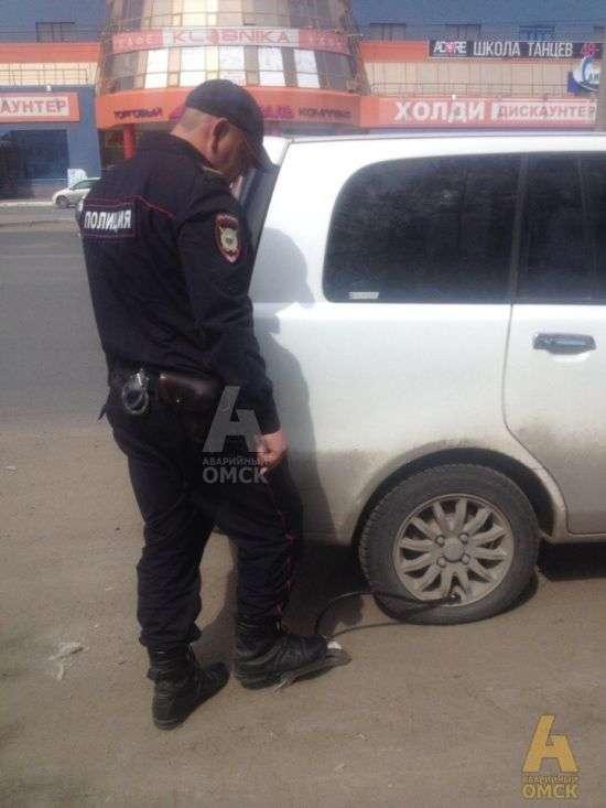 В Омську поліцейські наздогнали жінку, щоб накачати їй спущене колесо (2 фото)