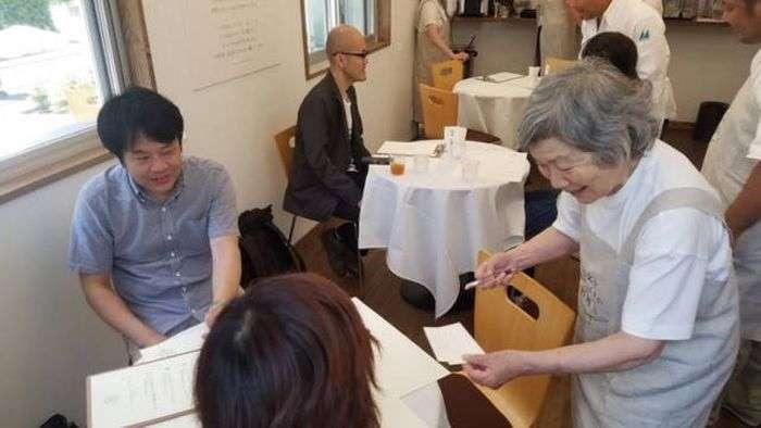 У Токіо зявився ресторан з особливими офіціантами (10 фото)