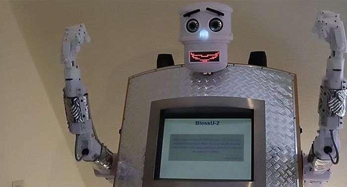 У німецькій церкві зявився робот-священик (3 фото + відео)
