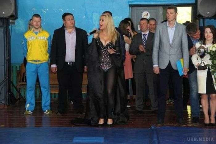 Українська співачка Лора Суперфин у відвертому вбранні на дитячому турнірі (4 фото)