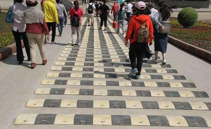 У Китаї встановили 50 «лежачих поліцейських» на пішохідній дорозі (5 фото)