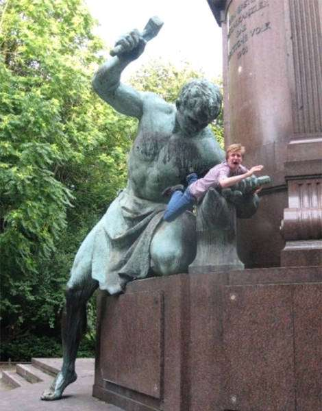 Прикольні фото зі статуями (61 фото)