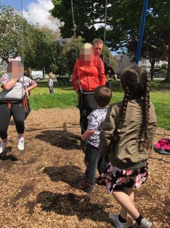 Тітка і племінниця застрягли в дитячих гойдалках (4 фото)