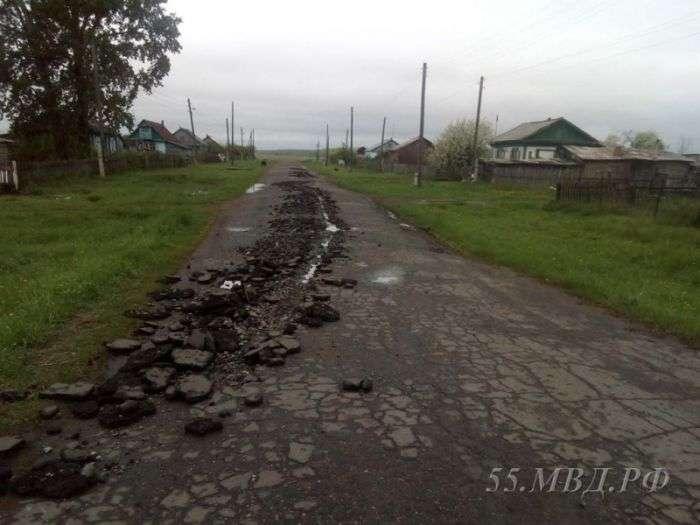 В Омській області чоловік «виорав» асфальт викраденим трактором (3 фото)