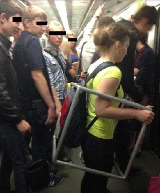 Жінки повторюють поведінку чоловіків у громадському транспорті (16 фото)