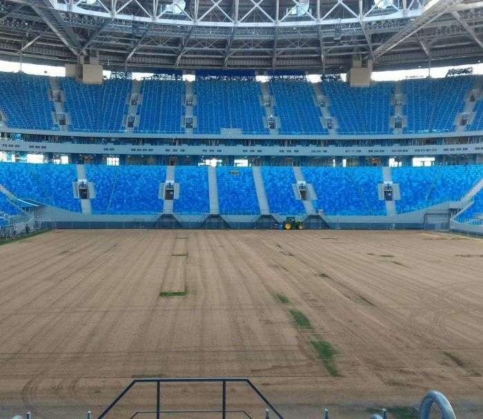 На Зеніт-Арені міняють газон за девять мільйонів рублів (2 фото)