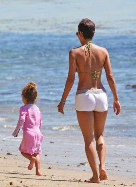 Немолоді зірки, яким не соромно роздягтися на пляжі (49 фото)